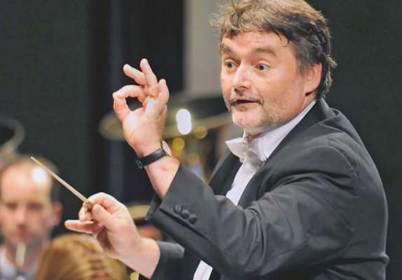 Jean-Claude Kolly dans une expression caractéristique de sa passion pour la musique