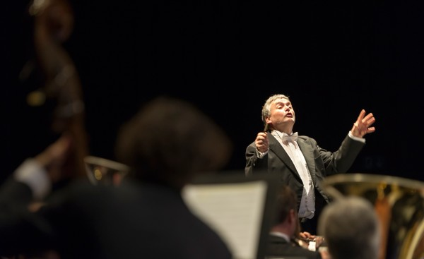 Le Corps de musique de la Ville de Fribourg et son chef titulaire Jean-Claude Kolly ont accordé trois bis / Photo Charly Rappo